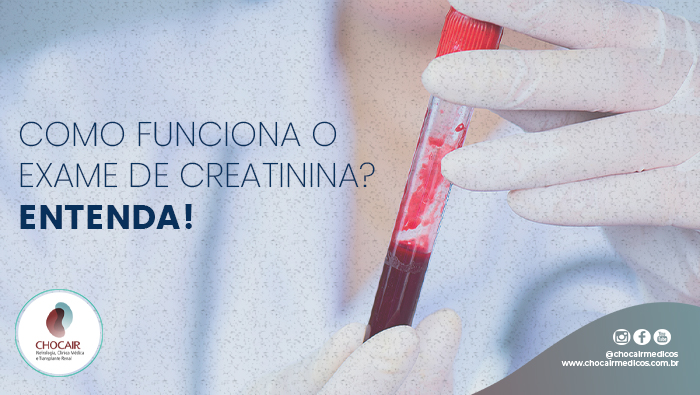 A Imagem Mostra Duas Mão Com Luvas Segurando Um Tudo De Sangue.