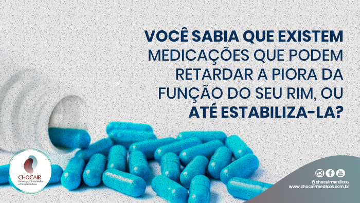 A Imagem Mostra Uma Foto De Um Pote Com Comprimidos Azuis.