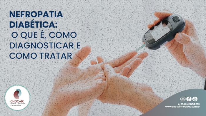 A Imagem Mostra As Duas Mãos De Um Médico E A Mão Esquerda Do Paciente. A Mão Esquerda Do Médico Está Segurando A Mão Esquerda Do Paciente E A Mão Direita Do Médico Está Segurando Um Furador De Dedo Para Diabetes Que Está Inserido No Dedo Do Paciente.